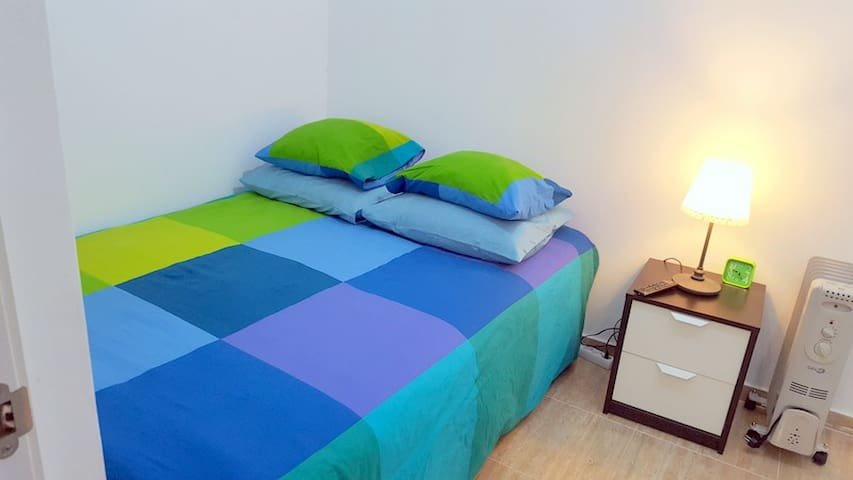 Habitación con cómoda y nueva cama matrimonial.