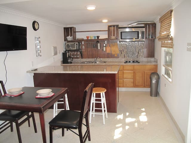 Artistic Trailer House 1b/1ba sleeps 4