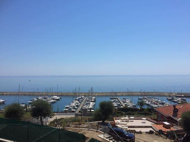 Bilocale vista mare con grande terrazza - San Lorenzo al Mare - Leilighet