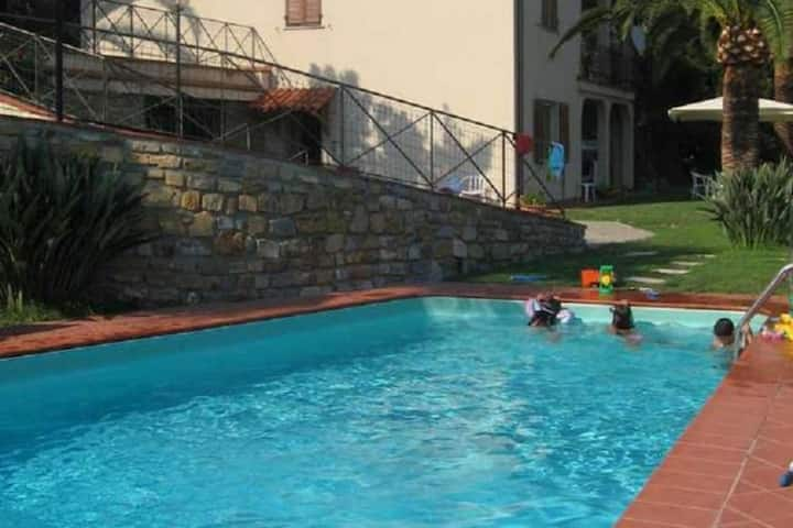 Villa Jacaranda. Villa spacieuse avec 3 étages Jardin avec piscine privée Extraordinaire vue mer