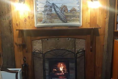 "Yarriambiance - ""Greenhills Tavern"" Rustic Cabin"