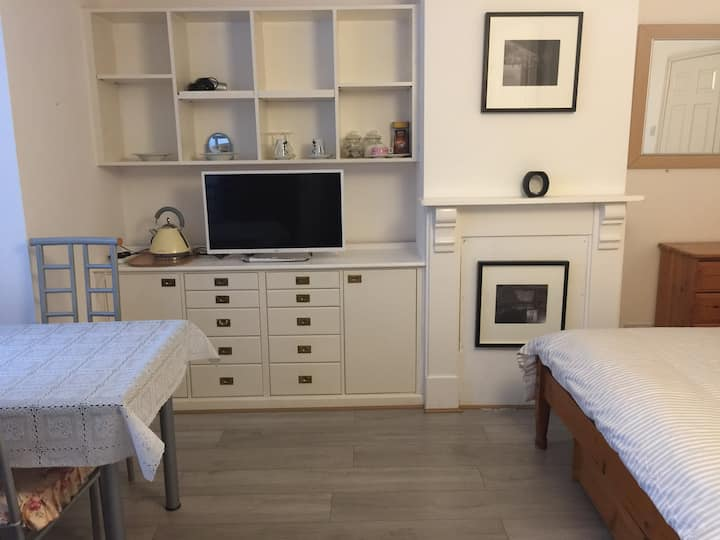 Central Headington en-suite spacious double room