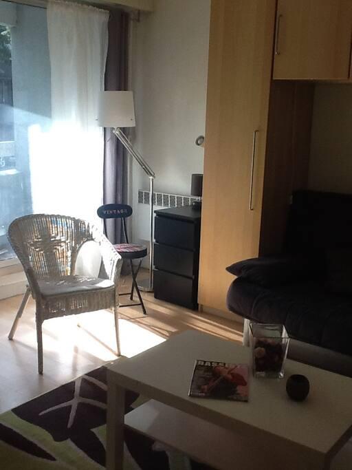 Studio ensoleillé avec baie vitrée et petit balcon situé au RdC
