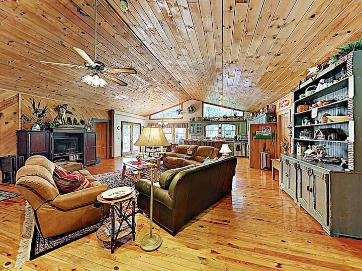 """Mountain Laurel Lodge"" w/ Hot Tub & Firepit"