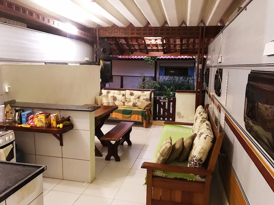 Espaço interno da vaga, com uma sala de estar conjugada com a cozinha.