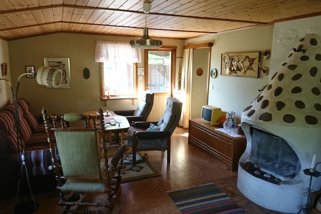vardagsrum med soffgrupp och matplats