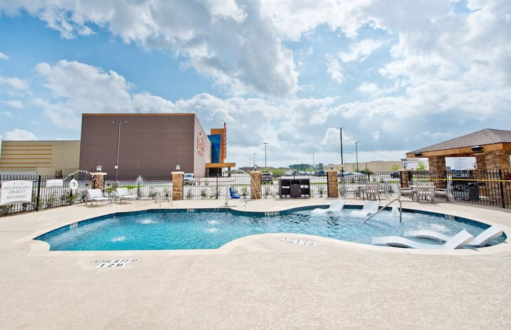 Hearing Accessible Suite with Daily Complimentary Breakfast! Pool Access Included