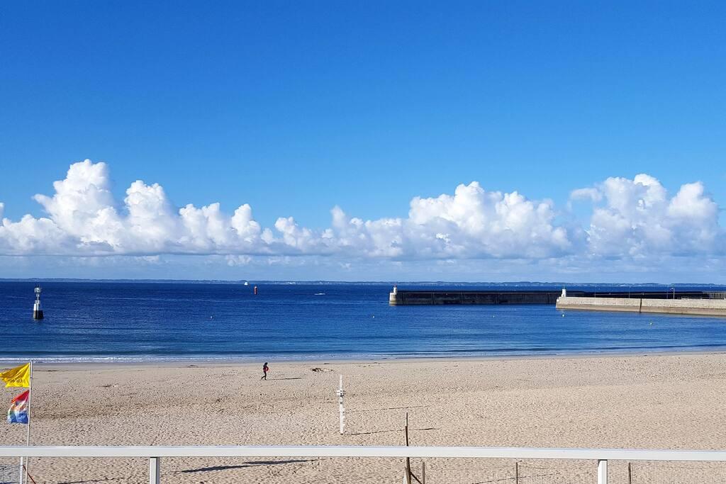 Embarcadère pour les iles à droite. Les pieds dans l'eau... Vue panoramique depuis la terrasse...
