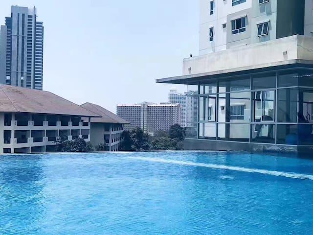 无边泳池  比邻商场 芭堤雅市中心 base豪华公寓  可以预存行李