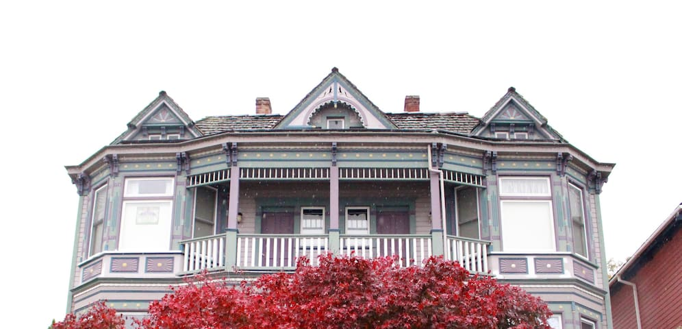 Victorian Studio Apartment - Close to Everything! - Tacoma