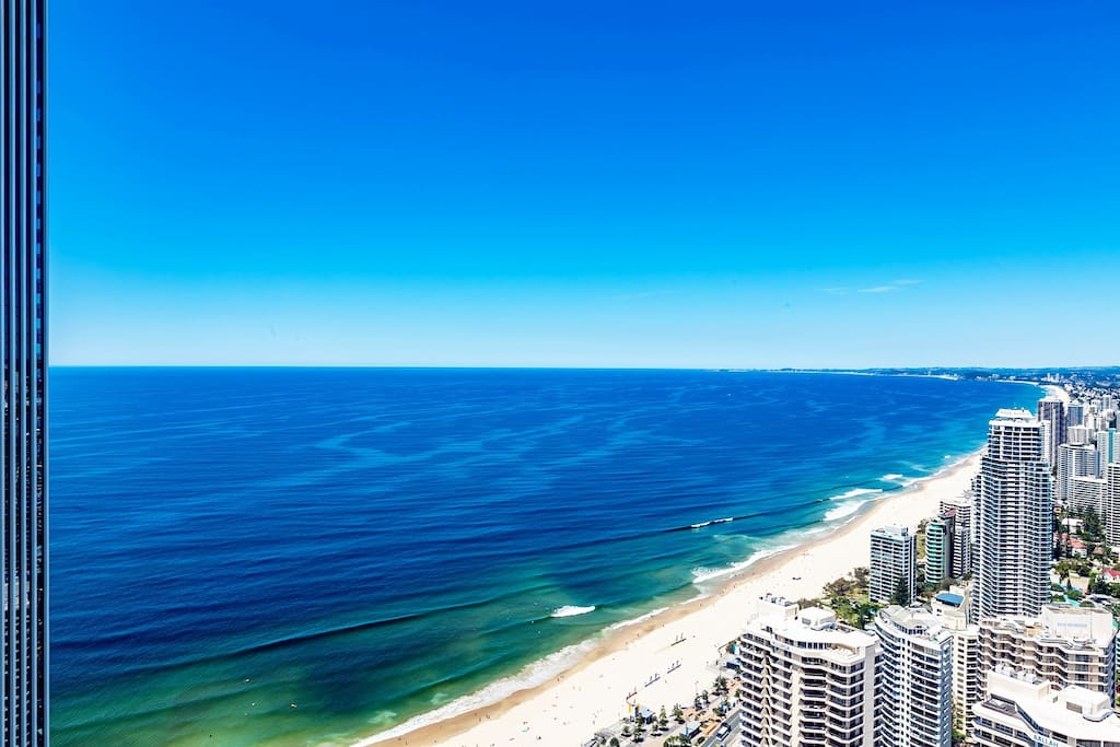Located on Hilton Tower 49th floors, invincible super Sky Ocean-view, also a sprawling vista of the Surfers Paradise Skyline  at large balcony: from the City, past the River and off into the Mountains. 公寓位于希尔顿大楼49楼高层,坐拥超级无敌Sky海景、黄金海岸天际线下美丽的城景和远处的山景