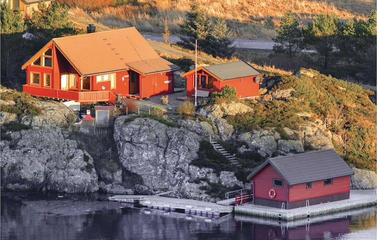 Holiday cottage with 3 bedrooms on 77m² in Værlandet