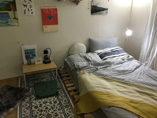 여행을 사랑하는 호스트의 따뜻한 무드가 있는 집, 게스트 단독 사용 / 공항과 가까운 집.