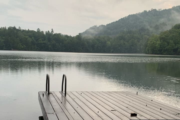 Lakefront Cabin: Beautiful Views, Kayaks, SUP