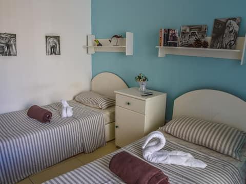 庭園の隣のツインルーム+専用バスルーム&バルコニー