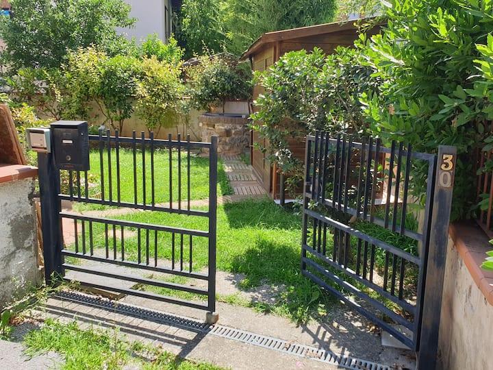 Grazioso rustico con giardino tra pisa e firenze