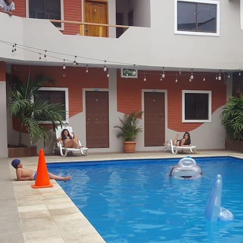 Habitacion privada con garaje y piscina..