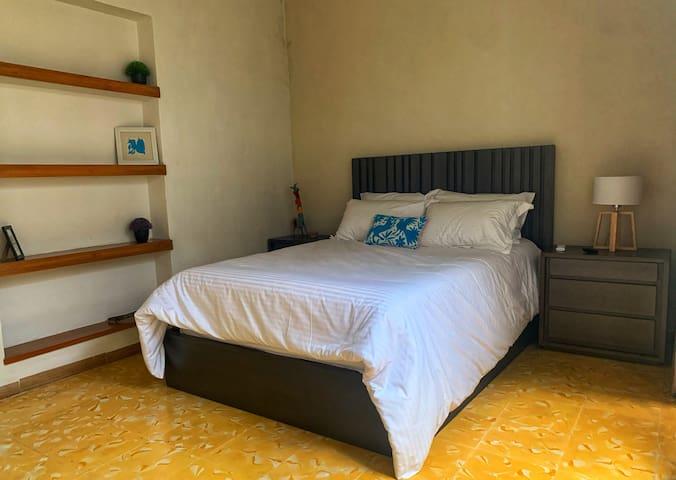 Recámara 2 cama queen con  vestidor y baño en suite