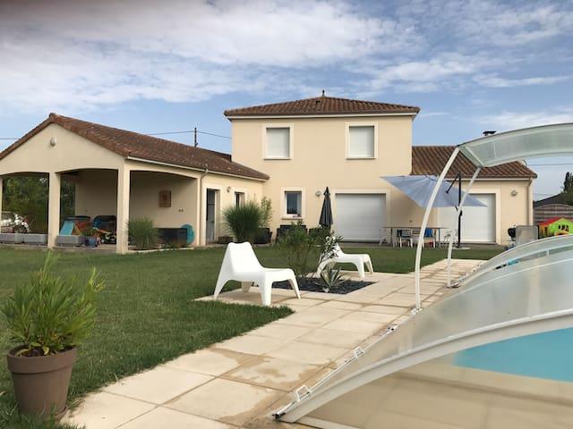 Villa récente avec piscine proche futuroscope