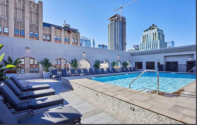 Beautiful DTLA location ,FREE PARKING Rooftop Pool