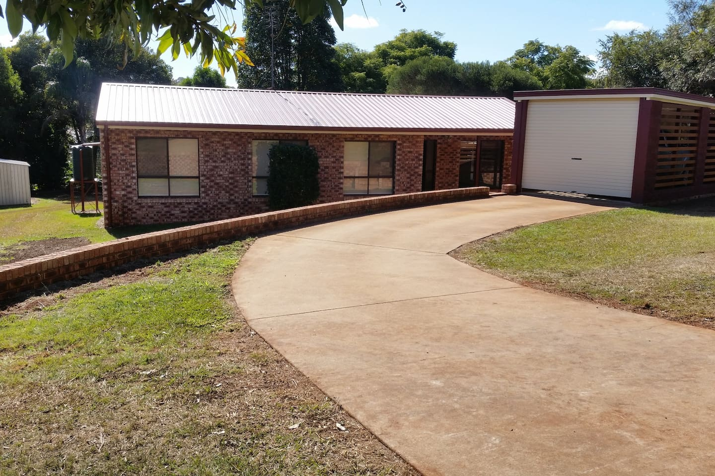 Welcome to 18 Murray Parade!  Quaint 3 bedroom 1 bathroom house in a prime, quiet area of Kingaroy.  Well appointed and fully furnished, clean, fresh, and tidy.  Just waiting for someone needing short term accommodation to enjoy the location and comfort of Kingaroy's hidden treasure.