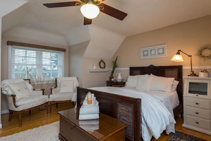 Beautiful Sunlit Room in Safe Central NE Portland