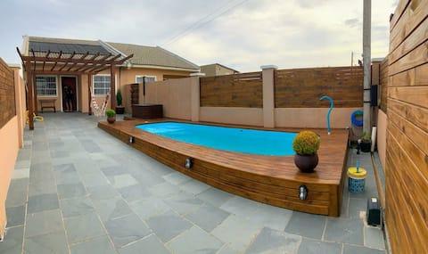 Casa com piscina com aquecimento solar e sinuca