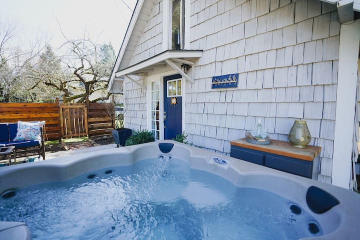 *Silver Falls Cottage* Hot Tub - 2 miles from Park