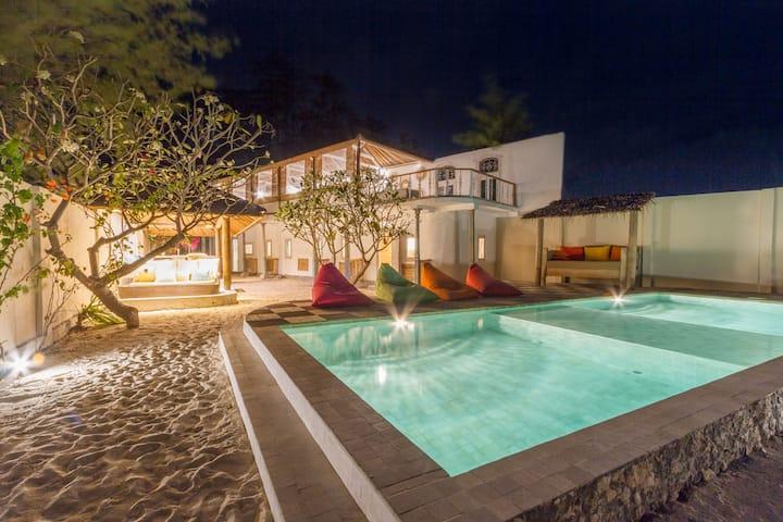 Gili Meno Stunning 4 bedroom Beach front Villa