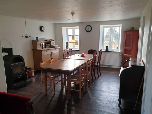 Den gamle stue med det originale gulv fra 1884 er oplagt som spisestue til hele familien.
