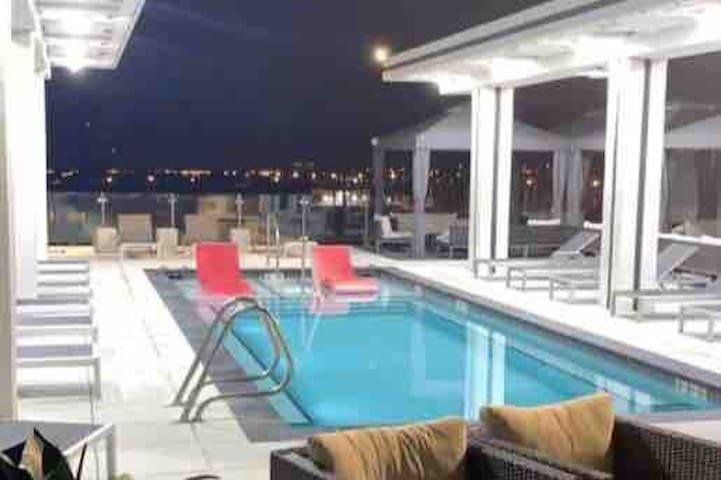 Luxury Apartment, Strip 10 Minute Drive