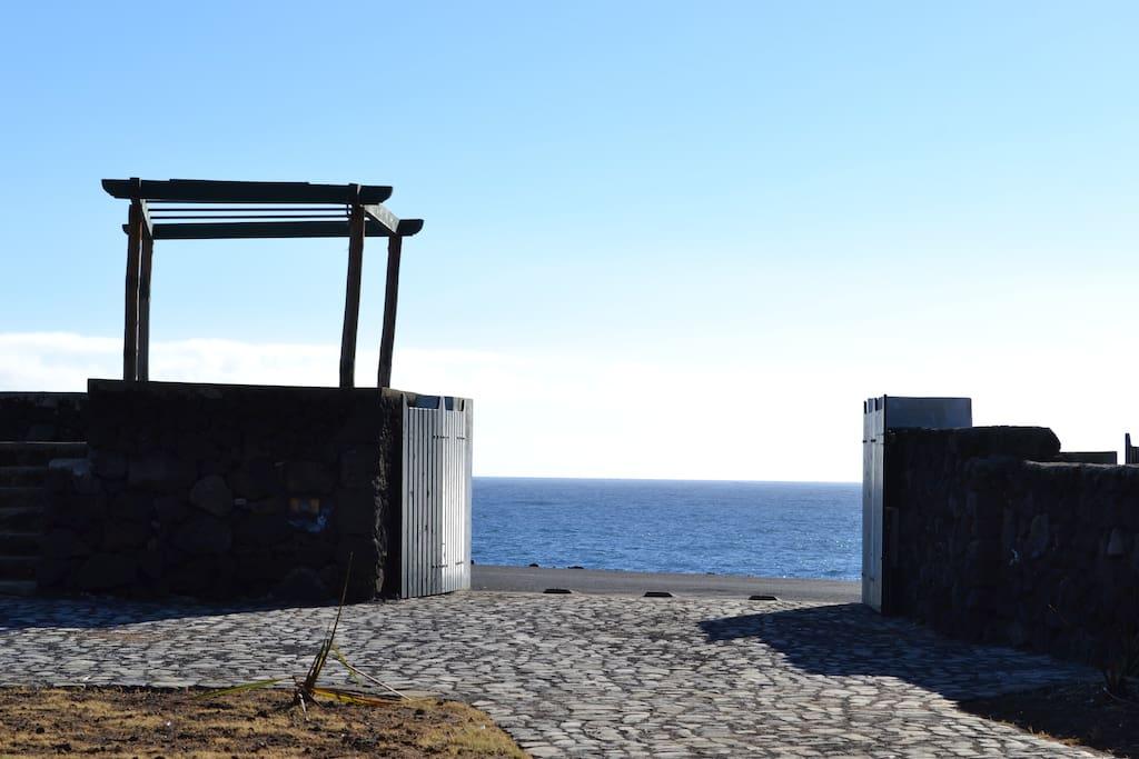 Da frente da casa com vista e saída para o mar.