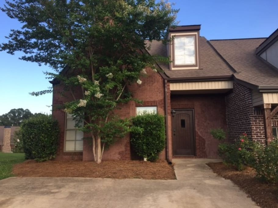 Quiet setting on cul-de-sac in professional neighborhood with convenient parking