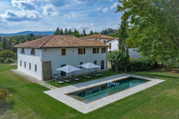 Private Villa with A/C, private pool, WIFI, TV, panoramic view, parking, close to Greve In Chianti