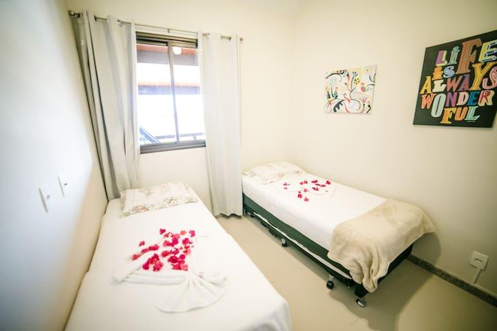 Quarto com duas camas e uma terceira sobressalente