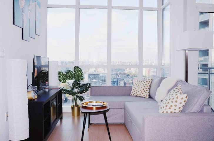Lower Penthouse Downtown w/FREE Parking, Pool+Gym