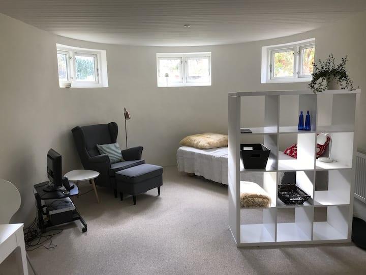 Fuldt møbleret ny 1-værelses lejlighed