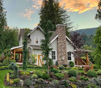 Summer Place Cottage at Cultus Lake *Pool*Hot tub*