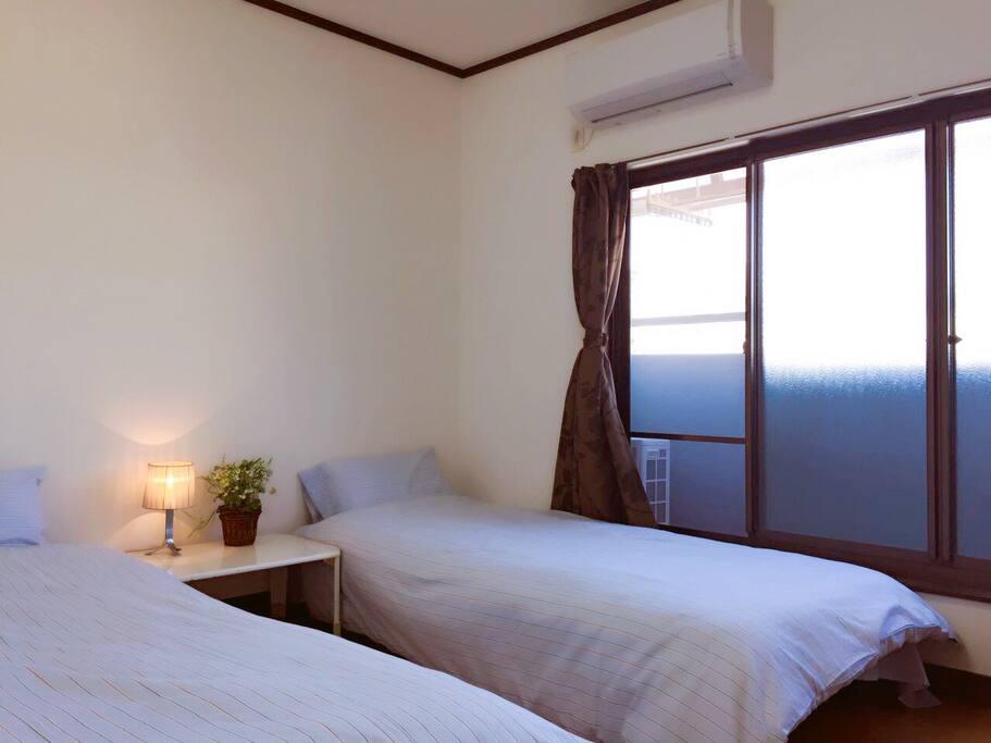 这是301房间,内专配独立卫生间,淋浴房,洗漱池。