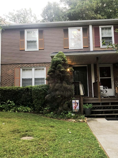 2 Bedroom Townhouse close to Liberty and Downtown!
