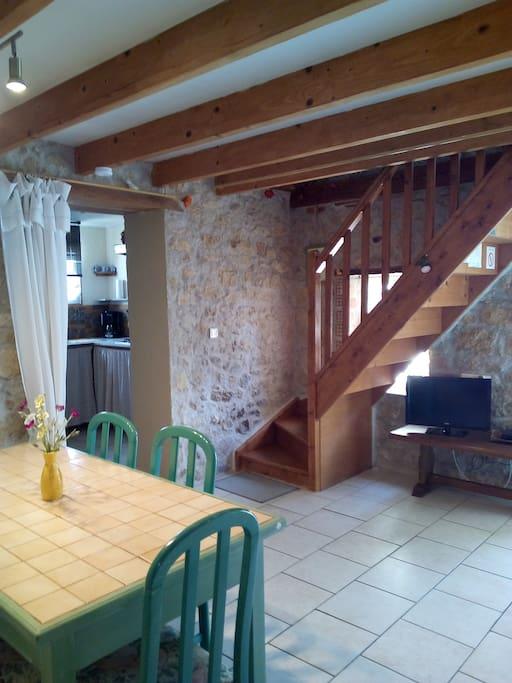 Autre vue pièce principale donnant sur accès cuisinette et étage.