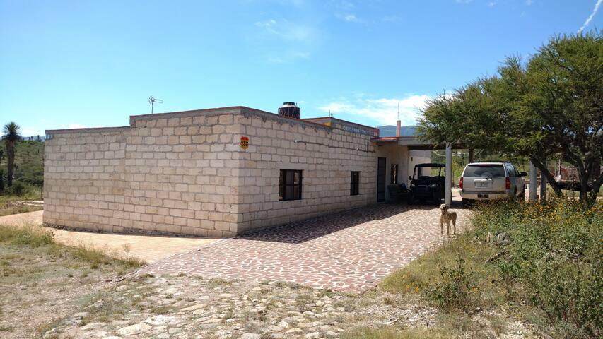 Hermosa casa de campo a 3 km de Armadillo!