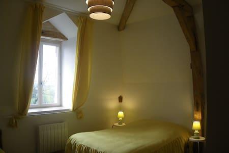 Chambres d'hôte 2è ét du château (ch. jaune).