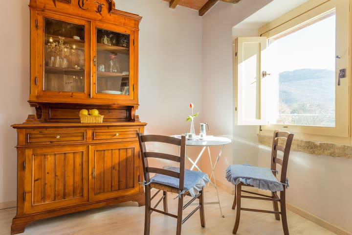 Villa Costanzi: Studio & Terrace Below The Cucco - Sigillo - Appartement