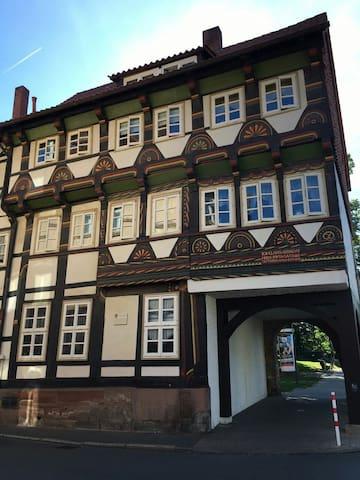 Vordere Ansicht vom 1571 erbauten Fachwerkhaus.