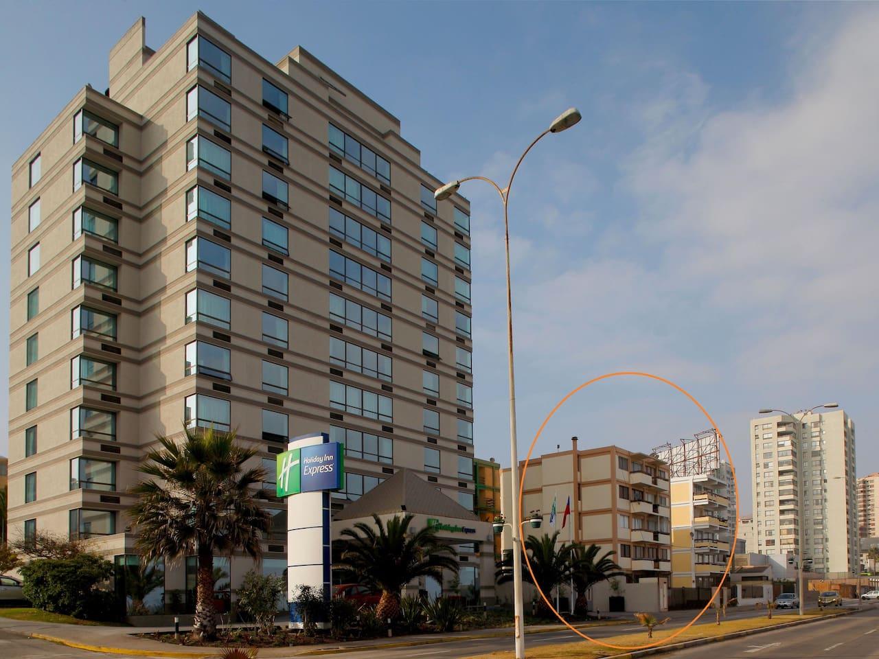 Edificio ubicado en la costanera de la ciudad, departamento con vista al mar.