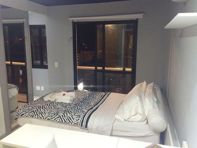 Doble Bed+Privative Bathroon+Little Balcony with spreeded view+Cabinets+TV+Air Conditioning+Fridge # Quarto de Casal com Sacada e vista livre. TV a Cabo, Split, Closet. Indevassável.