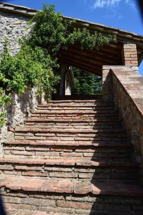 Scala esterna con ingresso al piano superiore