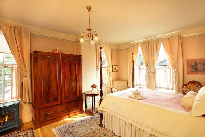 Quiet Queen Room in Downtown Healdsburg