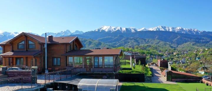 Дом с шикарным видом на город и горы
